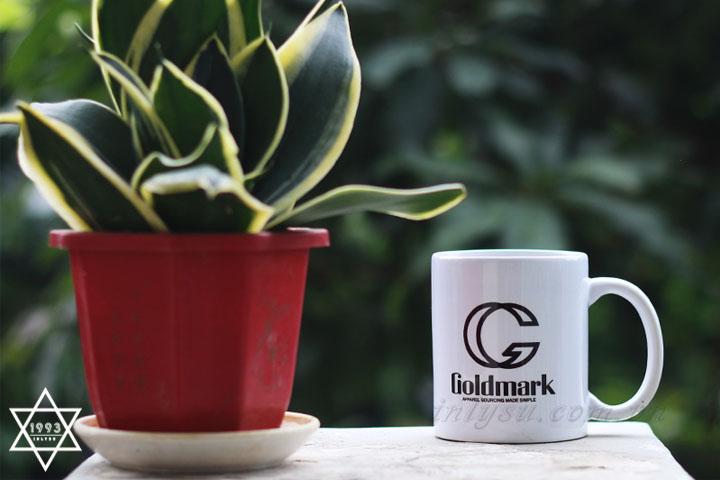 Ly sứ trắng trụ thấp in logo Goldmark