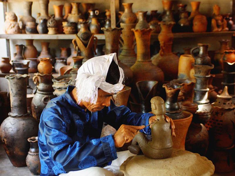 Là một trong những làng gốm sứ cổ nhất tại khu vực Đông Nam Á, gôm sứ Bàu Trúc còn được xem như một bảo tàng mang đặc tính gốm truyền thống của dân tộc Chăm.