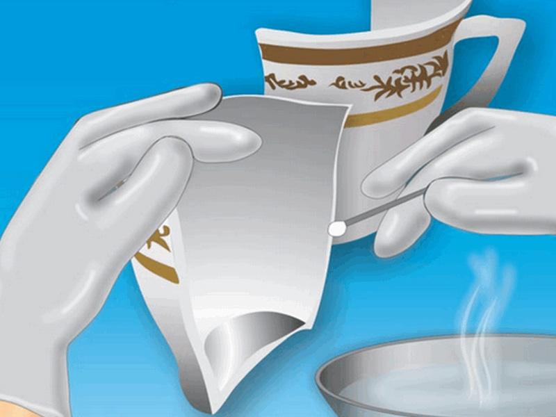 Sử dụng bông thấm nước ấm hoặc nước xà phòng để loại bỏ bụi bẩn.