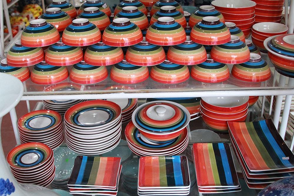 Đồ sứ có sử dụng được trong lò vi sóng nhưng không nên nhiều màu & trang trí kim loại